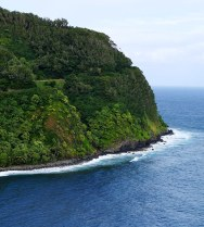 Залив Хономану и узкая дорога по краю утеса.