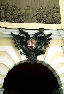 Петровские ворота с двуглавым орлом в Петропавловской крепости, построены в 1717-1718 годах.