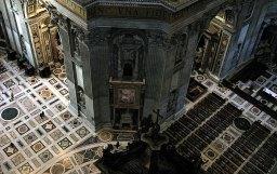 Снимок из-под купола собора Св. Петра. Обратите внимание на размер фигурок людей слева.