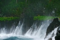 Разбивающаяся волна о берега полуострова Ke'anae.