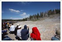 Люди в ожидании извержения гейзера West Triplet.