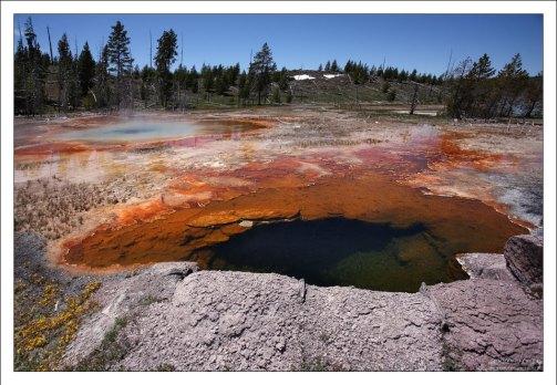 Извержение гейзера невозможно без наличия вертикальных или наклонных трещин в земле, резервуаров, заполняемых грунтовыми водами.
