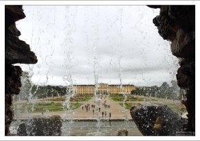 "Дворец Schönbrunn через струи фонтана ""Нептун""."