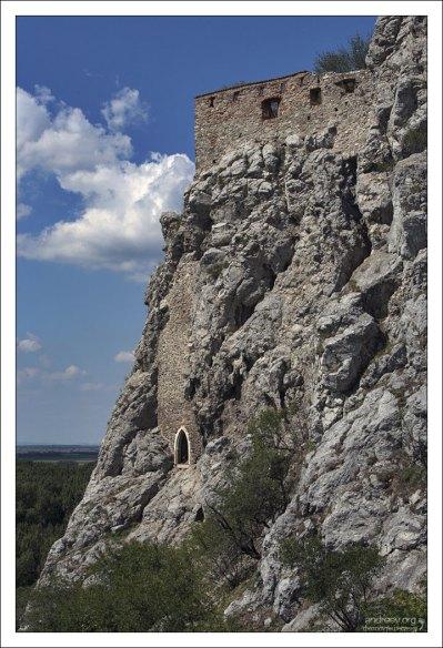 В горном массиве скалы под стенами замка археологи обнаружили пещеры и целую систему туннелей.