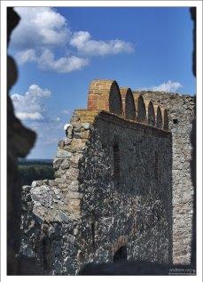 В стене крепости расположен небольшой исторический музей.