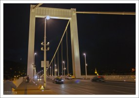 Мост Erzsébet поздно вечером.