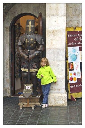 Саша и рыцарь в Рыбацком бастионе.