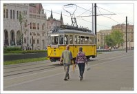 "Трамвай ""под старину"" на площади Kossuth tér."