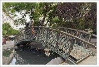 Бронзовый мост и памятник Imre Nagy - венгерскому политическому и государственному деятелю.