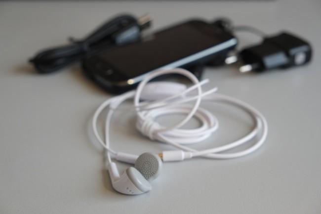 Reichlich Zubehör: Trotz des niedrigen Preises liegen der Packung neben Ladekabel und USB-Verbindungskabel für den PC auch qualitativ brauchbare Kopfhörer bei.