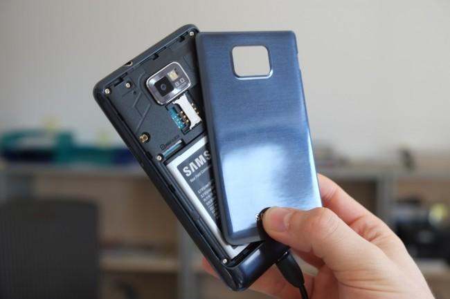 Gleich legen wir eine SIM-Karte ins S2 Plus ein, entfernen den Akku kurz und erreichen dann auch den Steckplatz für MicroSD-Karte.