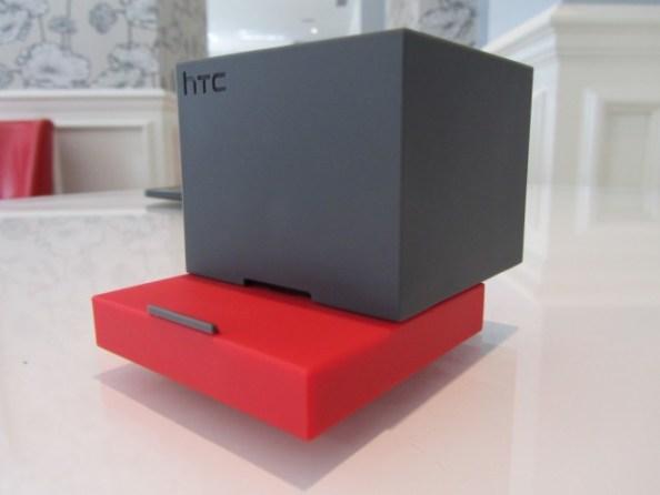 Aufgeschoben bietet BoomBass Anschlussmöglichkeiten für die One-Serie von HTC. (Bild: Cnet)