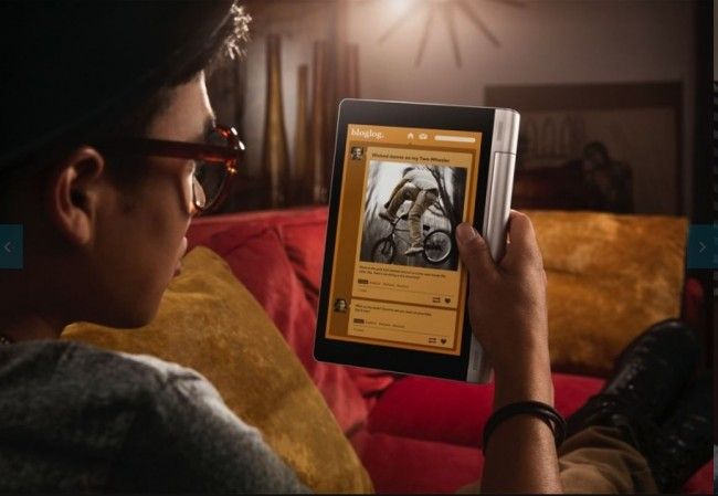 Durch die verschiedenen Aufstellwinkel des Kickstandes lässt sich das Tablet universell einsetzen. Foto: Engadget.com.