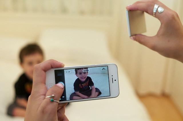 Besonders bei schlechten Lichtbedingungen bietet der portable Smartphone-Blitz Nova  einen Mehrwert. (Foto: Kickstarter)