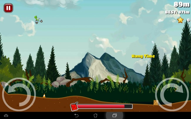 Auf einem Motorrad, in diesem Fall einem Roller, fliegt der Stuntfahrer durch die Lüfte.