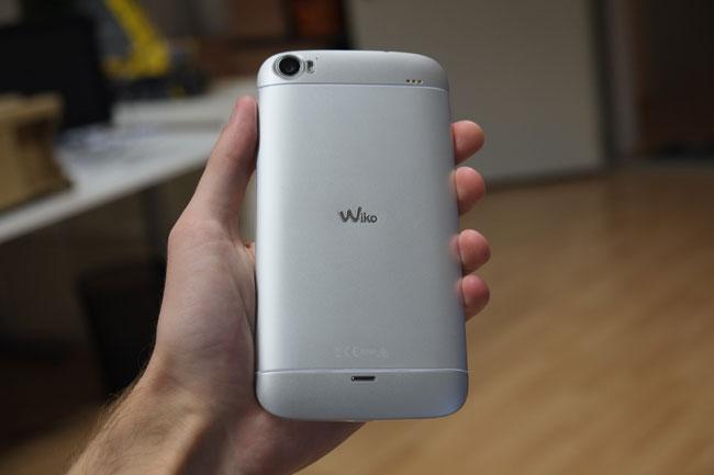 Optisch erinnert das Darkside Hell ein wenig an ein HTC One, es ist aber ungleich klobiger und liegt weniger angenehm in der Hand.