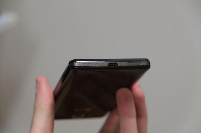 Die Lautsprecher sind nicht an der Rückseite, sondern unterhalb des Smartphones angebracht. Sonderlich druckvoll sind sie aber leider nicht.