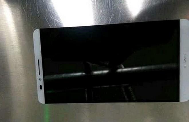 Die Ähnlichkeit zum HTC One (M7) ist kaum zu verkennen: Das Huawei Ascend D3.