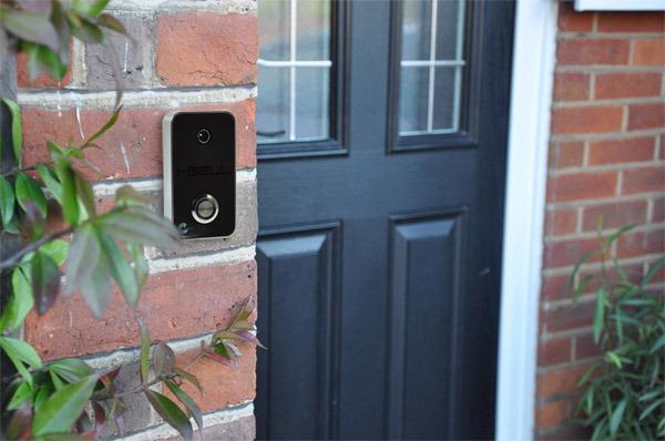 i-Bell, die kluge Türklingel, zeigt dir, wer vor der Tür steht und lässt dich mit ihm sprechen, egal, wo du gerade bist (Foto i-Bell)