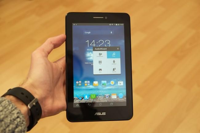 Mit 328 Gramm ist das Tablet zwar vergleichsweise schwer, es liegt dennoch angenehm in der Hand.