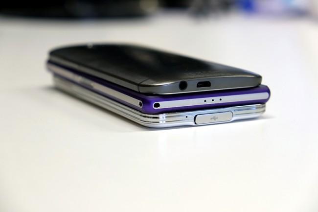 In Sachen Dicke nehmen sich das Galaxy S5 (unten; 8,1 mm) und das Xperia Z2 (Mitte; 8,2 mm) nicht viel. Das HTC One (M8) (oben; 9,35 mm) ist etwas dicker.