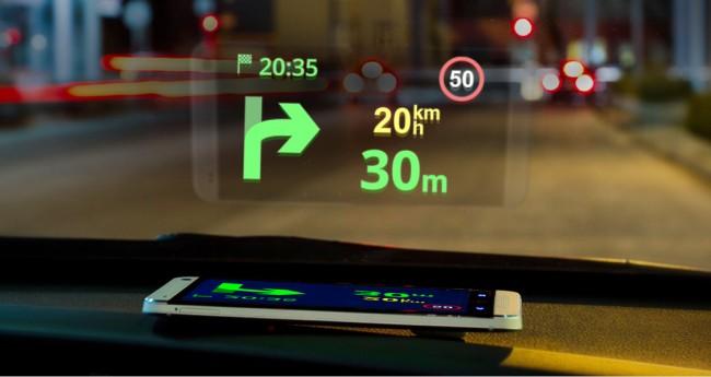 Mit dem Head-Up-Display Feature werden die Anweisungen direkt auf die Windschutzscheibe projiziert.