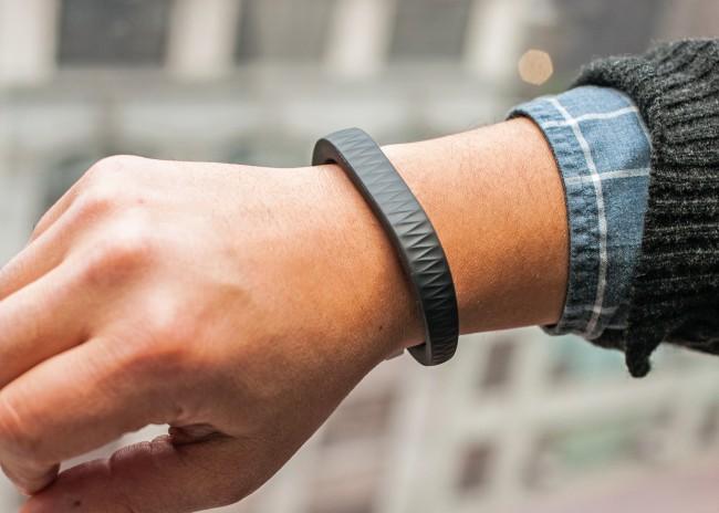 Ein Fitness-Armband trägst du am besten rund um die Uhr - jeder Schritt, den du machst, bringt dich näher ans gesteckte Tagesziel.