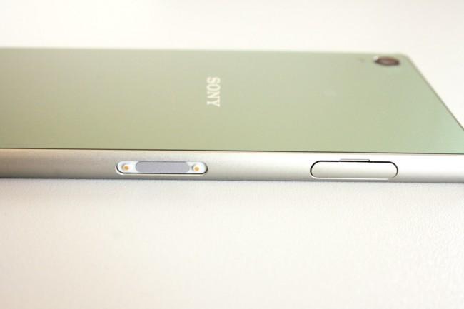 Wer sich das Gefummel mit dem Ladeanschluss ersparen will, kann das Z3 in ein Sony-Ladedock stecken. Die Kontakte dafür liegen offen an der Längsseite.