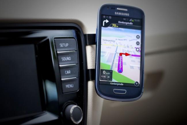"""Die KFZ-Halterung """"EasyMount Classic"""" ermöglicht es dir, dein Smartphone auf dem Armaturenbrett deines Autos zu befestigen – und verlässt sich dabei auf enge Spaltmaße und einen Magneten. (Foto: EasyMount)"""