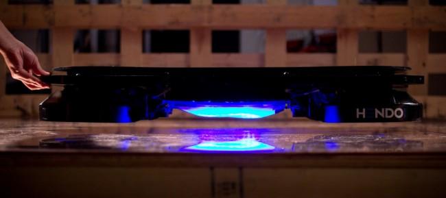 """Das """"Hendo Hoverboard"""" schwebt dank magnetischer Felder etwa 2,5 Zentimeter über geeignetem Untergrund. (Foto: Hendo)"""