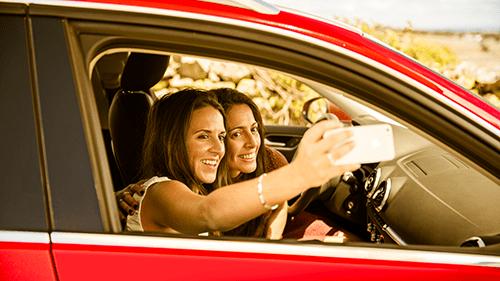 Dieses Selfie ist harmlos – weil das Auto stillsteht. Viele Autofahrer greifen jedoch auch während der Fahrt zum Handy, um SMS-Nachrichten zu schreiben oder sich in sozialen Netzen zu betätigen. (Foto: LeasePlan)