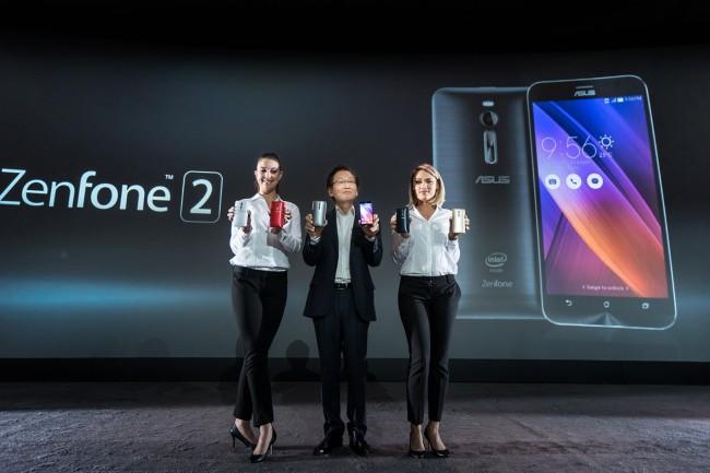 Asus-Chef Jonney Shih und zwei namenlose Assistentinnen stellen auf der CES 2015 das ZenFone 2 vor. (Foto: Asus)