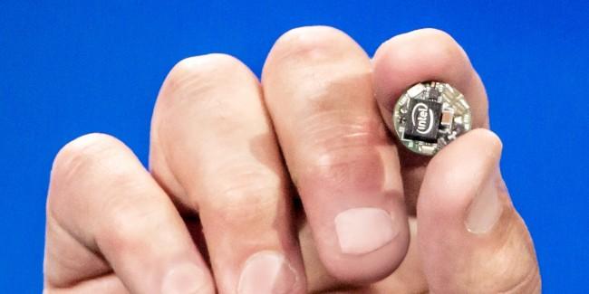 """Das """"Intel Curie""""-Modul ist gedacht unter anderem zum Integrieren in Ringe, Taschen, Armbänder, Anhänger, Fitness-Tracker oder sogar Kleidungsköpfe. (Foto: Intel)"""