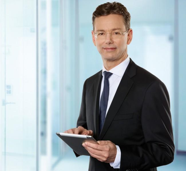 Peter Stockhorst, Vorstandsvorsitzender der Versicherung CosmosDirekt, hat gut lachen. Denn wenn er sich nach den Ratschlägen seiner Experten richtet, dann verwendet er auf seinem Tablet ein Kennwort-Safe-Programm, um seine Zugangsdaten verschlüsselt zu speichern. (Foto: CosmosDirekt)