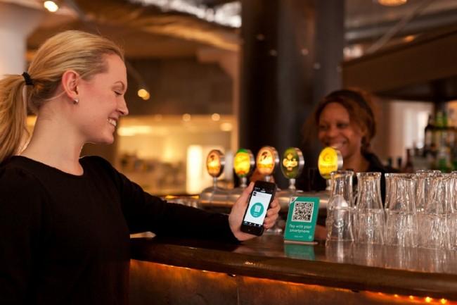 Dank der SEQR-App kannst du mit deinem Smartphone sowohl in Ladengeschäften als auch im Internet Einkäufe bezahlen. (Foto: Seamless)