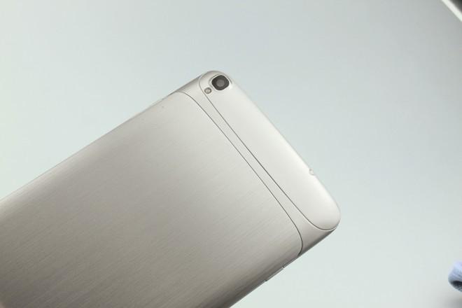 Die Rückseite aus gebürstetem Alu ist hübsch, das Metall nimmt aber leider nicht die ganze Fläche ein.