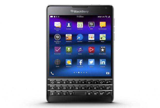 Das BlackBerry-Smartphone Passport zeichnet sich durch seinen quadratischen Bildschirm und durch die darunter angebrachte Tastatur aus. Möglicherweise wird bald ein Modell auf den Markt kommen, das als Betriebssystem Android statt BlackBerry OS verwendet. (Foto: BlackBerry)