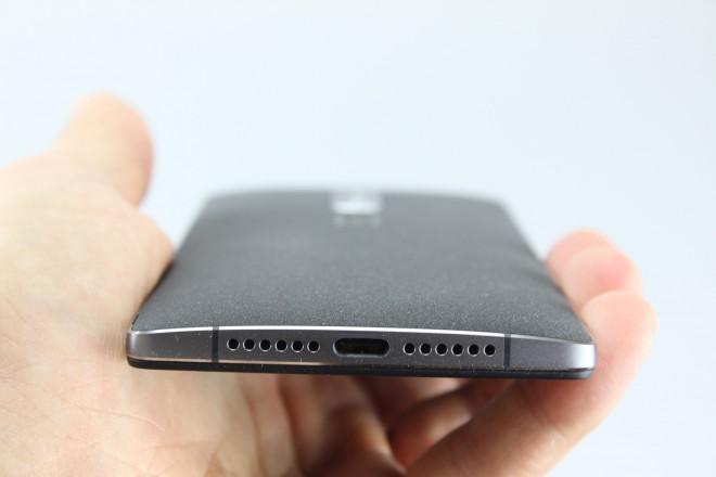 Upside down! Zwischen den beiden Lautsprechern befindet sich ein USB 3.0-Port. Dem ist es egal, wieherum sich der Stecker nähert.