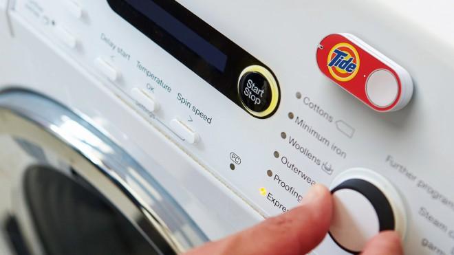 Amazon Dash: Ein kleiner Knopf mit großer Wirkung. Man wählt ein bestimmtes Produkt, etwa Waschmittel, Rasierklingen o.ä. aus, erhält einen Knopf, platziert diesen und wenn das Produkt alle ist, drückt man ihn. Dadurch wird das entsprechende Produkt nachbestellt und geliefert.