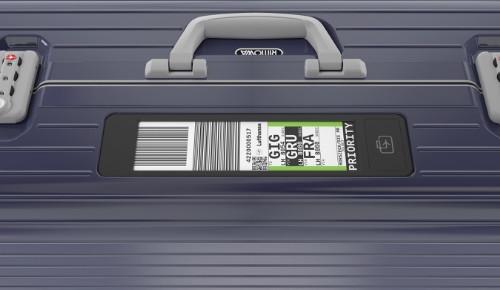 """Der elektronische Gepäckanhänger """"Rimowa Electronic Tag"""" lässt sich vom Smartphone aus per Bluetooth mit den Gepäckinformationen beschreiben. (Foto: Rimowa GmbH)"""
