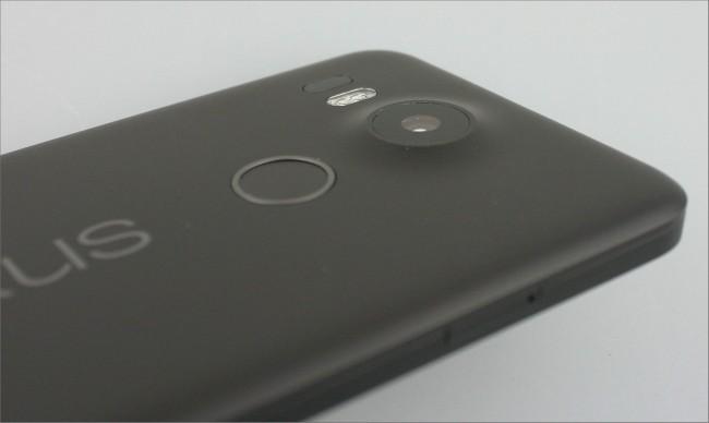 Erheblich mehr Kamera Die Kamera (unterstützt von Dual-LED-Blitz und Laser-Autofokus) erhebt sich über die Rückseite.
