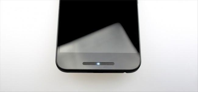 Benachrichtigungslicht Die Benachrichtigungs-LED versteckt sich dieses Mal im unteren Lautsprechergrill.
