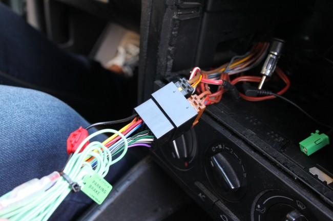 Die Verkabelung des androidfähigen Radios mündet in eine genormte Verbindungsmöglichkeit: Die Fahrzeugstecker passen. In der Regel stellt deshalb der Anschluss kein Problem dar.