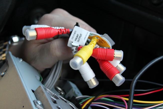 Wer schon dabei ist, die drei Kabel (Bild 3) hinter Abdeckungen zu verstecken, kann bei Bedarf auch Boxenkabel für weitere Lautsprecher verlegen und sie mit dem Radio verbinden.