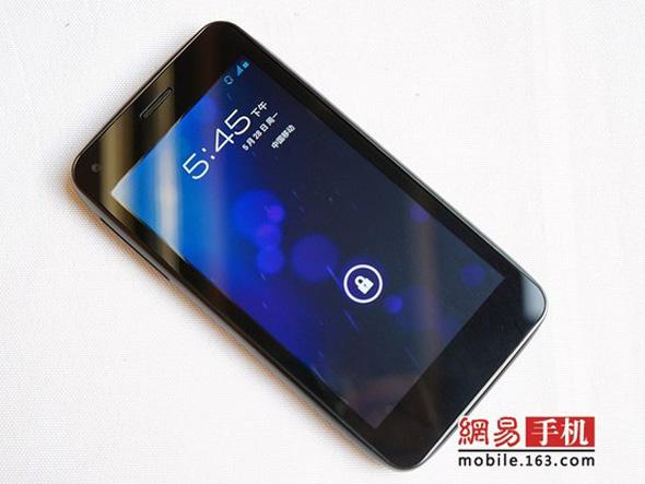 Das Alcatel Smartphone sieht dem Samsung Galaxy Nexus sehr ähnlich. Foto: mobile.163.com.