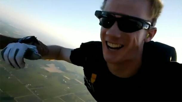 Der Stuntman bei einem Fallschirmsprung mit Project Glass. Foto: Youtube.