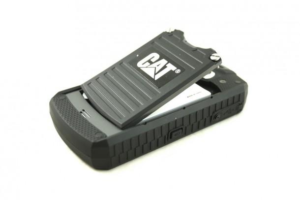 Der Akkudeckel lässt sich mit dem mitgelieferten Schraubenschlüssel lösen.