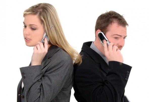 Sie telefoniert weniger als er! In den Entwicklungsländern soll sich dies nun ändern (Foto: iStockphoto - RealDealPhoto)