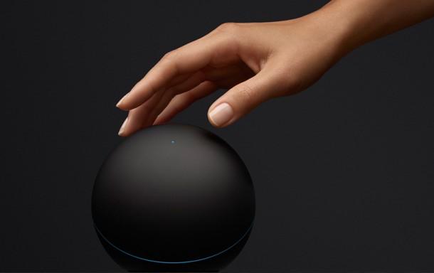 Per NFC verbindet sich der Nexus Q mit NFC-fähigen Smartphones und Tablets und initiert einen Download  der Nexus Q Management App. Foto: Google.