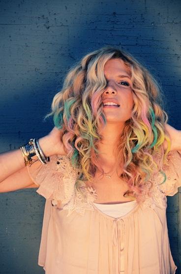 mechas de colores pelo rubio hair chalk